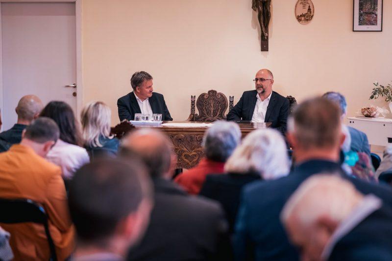 Kelemen Hunor államelnökjelölt a Bácsfalusi Evangélikus-Lutheránus Egyházközség nagy termében
