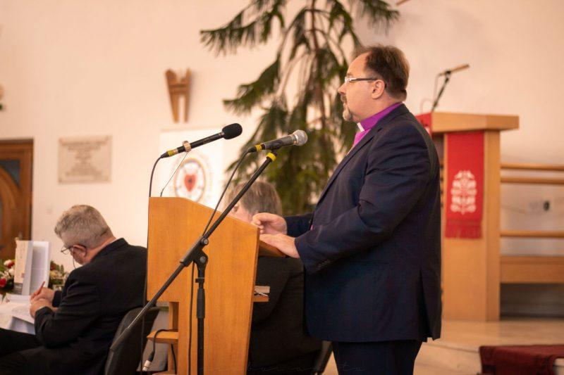 A könyvbemutató házigazdája Ft. Adorjáni Dezső-Zoltán, a RELE püspöke köszönti az egybegyűlteket
