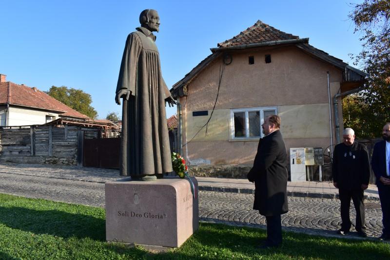 Ft. Adorjáni Dezső Zoltán koszorút helyez el Kálvin János szobránál
