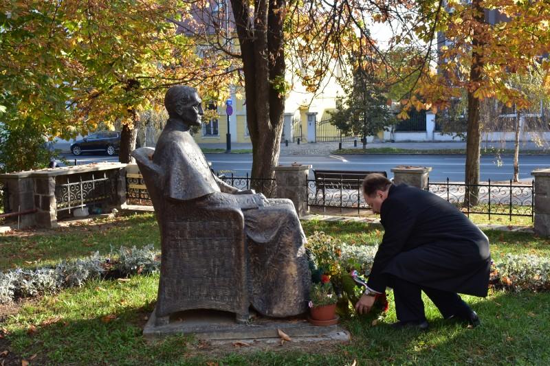 Ft. Adorjáni Dezső Zoltán koszorút helyez el Márton Áron püspök szobránál