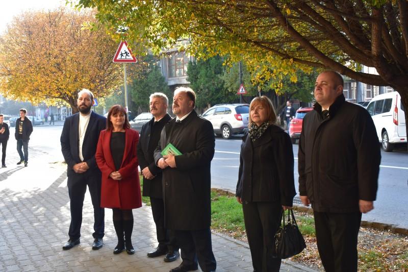 A Székely Mikó Kollégiumnál Kondor Ágota igazgatónő, Krech Gyöngyvér tanárnő és a diákság képviselői fogadtak