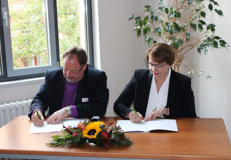 Kristina Kühnbaum-Schmidt püspökasszony és Adorjáni Dezső Zoltán püspök aláírják a partnerkapcsolati egyezményt