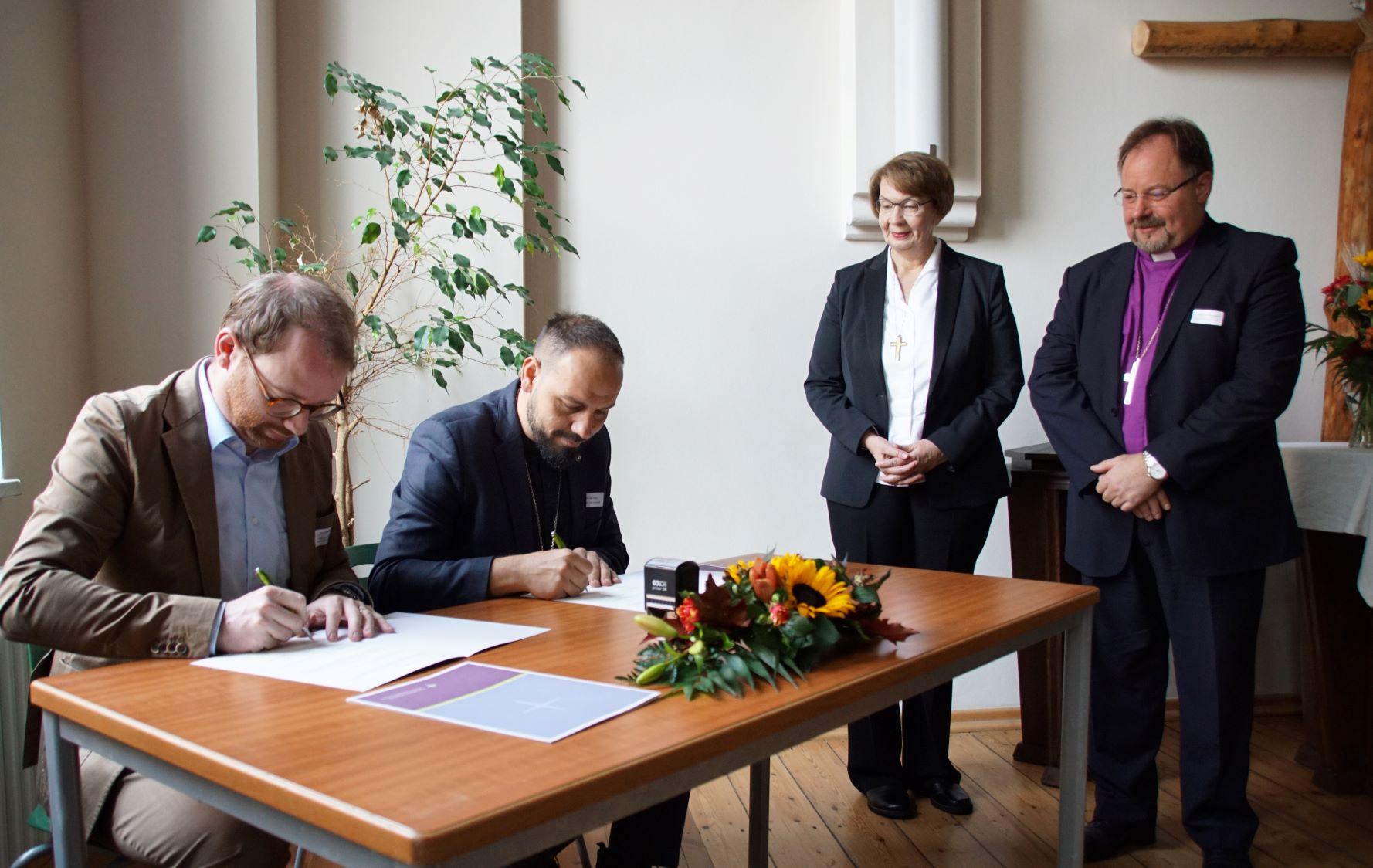 Arne Gattermann jogtanácsos és Fehért Attila főtanácsos aláírják a partnerkapcsolati egyezményt