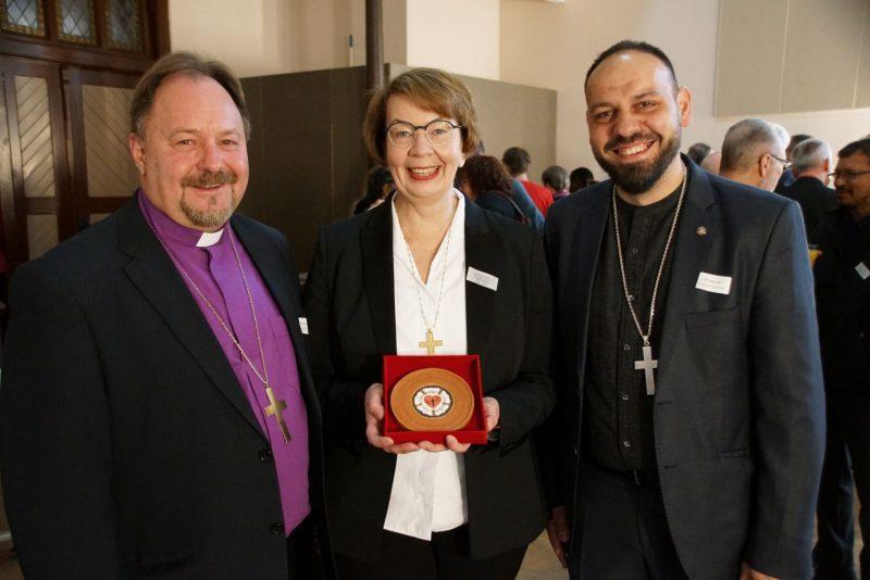 Egyházunk képviselői ajándékot adtak át Kristina Kühnbaum-Schmidt püspökasszonynak